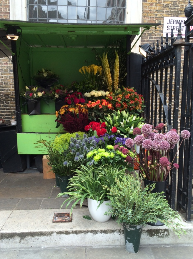 A day out in London – gorgeous flower stalls everywhere. This one behind St James's on Piccadilly caught my eye.